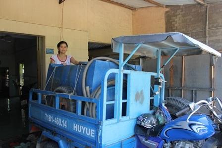 Mới bắt đầu mùa khô hạn, gia đình bà Chi bắt đầu cung ứng nước ngọt cho bà con trong vùng