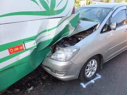 Chiếc xe 7 chỗ găm thẳng vào gầm xe khách.