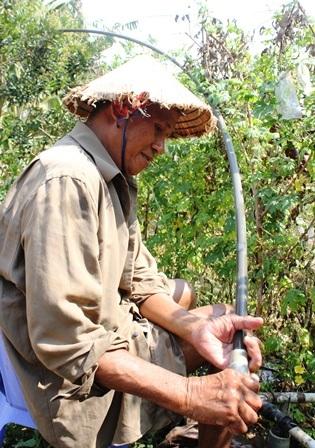 Bơm nước từ giếng khoan lên cung cấp cho người dân