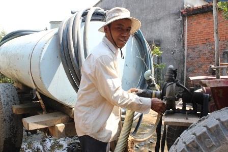 Chở nước bằng xe công nông để bán cho người dân