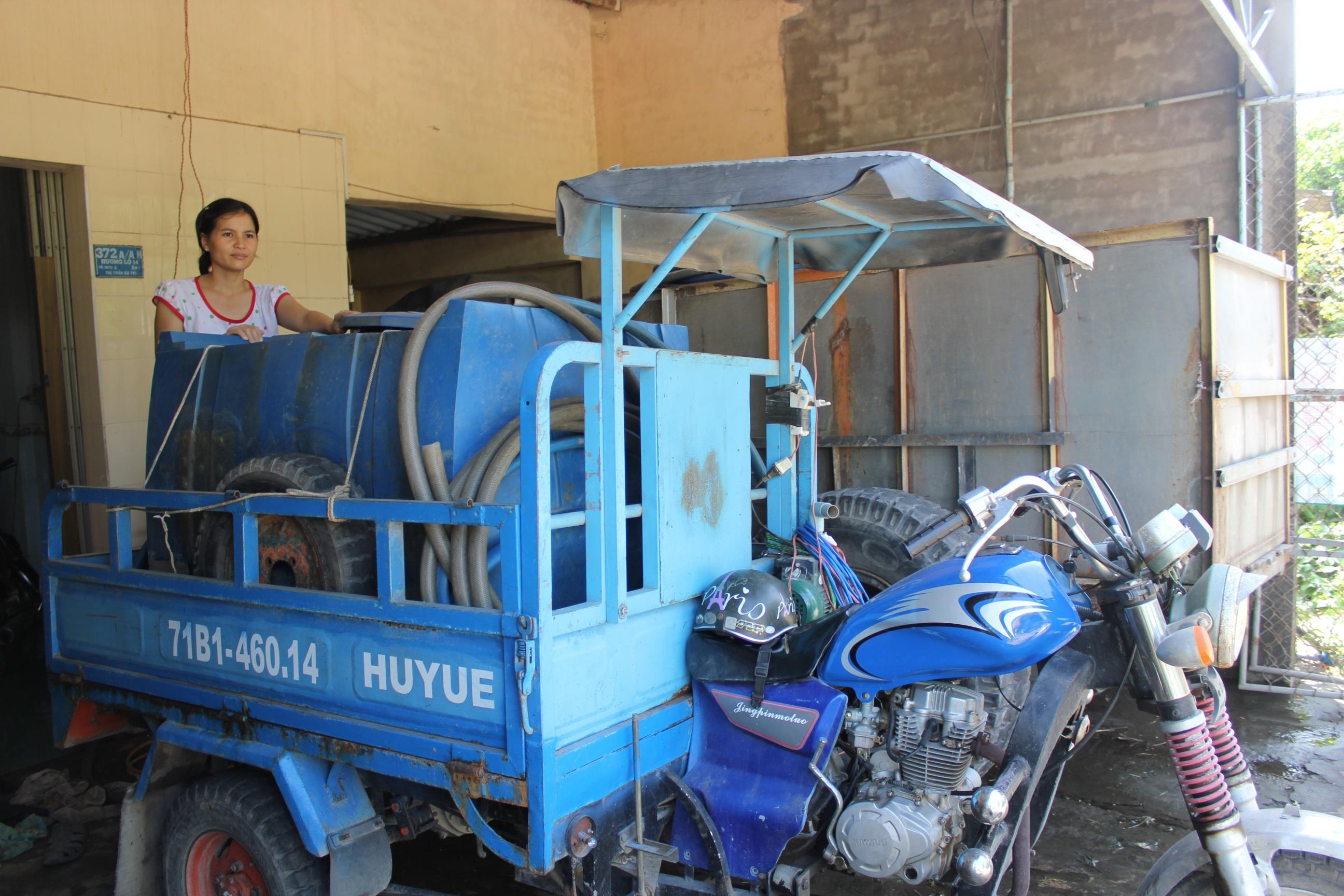 Chiếc xe ba bánh trở thành phương tiện chở nước trong thời điểm khô hạn