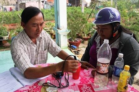 Người dân đến đo độ mặn tại xã Hưng Khánh Trung B (Chợ Lách)