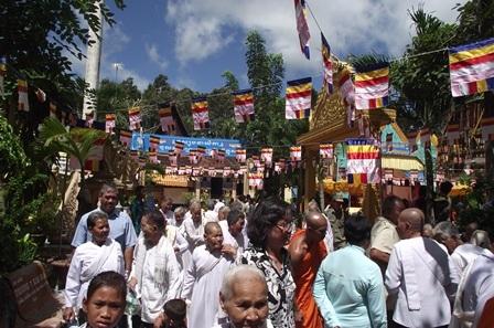 Đông đảo người dân nô nức đến chùa trong dịp Tết