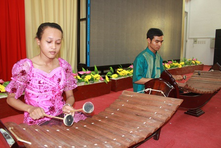 Ni Ta cùng bạn học biểu diễn đàn Roneat Thung.