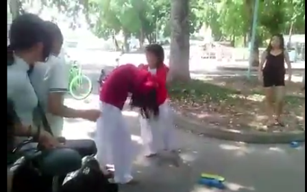 Nữ sinh đánh bạn cùng trường dã man nhưng những người khác chỉ đứng nhìn (ảnh cắt từ clip)