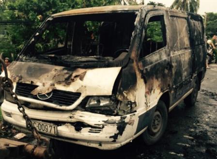 Chiếc xe bán tải bốc cháy dữ dội sau vụ tai nạn