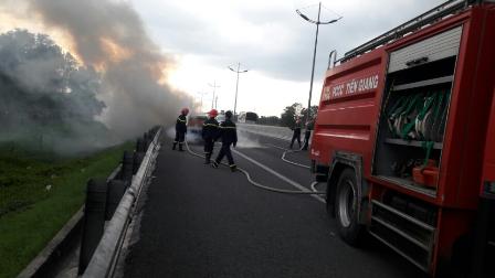 """Ôtô 7 chỗ cháy """"trơ khung"""" trên cao tốc TP.HCM - Trung Lương - 1"""
