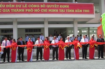 Cắt băng khánh thành Trung tâm đào tạo Đại học Quốc gia TP Hồ Chí Minh tại Bến Tre.
