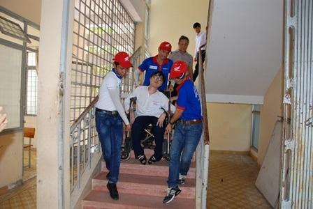 Các tình nguyện viên nhiệt tình giúp đỡ Chung khi lên, xuống cầu thang.
