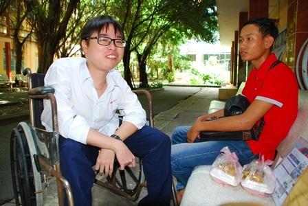 Hai bạn thân cùng nghỉ ngơi để chuẩn bị thi môn tiếp theo.