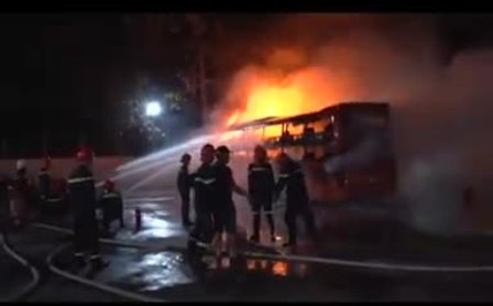 Lực lượng cảnh sát phòng cháy chữa cháy được điều động dập tắt đám cháy