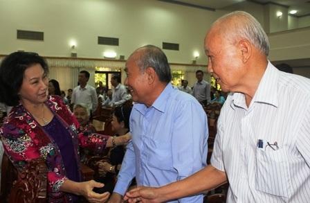 Chủ tịch Quốc hội hỏi thăm sức khoẻ cán bộ lão thành cách mạng trong buổi tiếp xúc cử tri