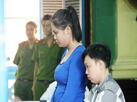 Bị cáo Lượm (áo xanh) và Tâm tại tòa