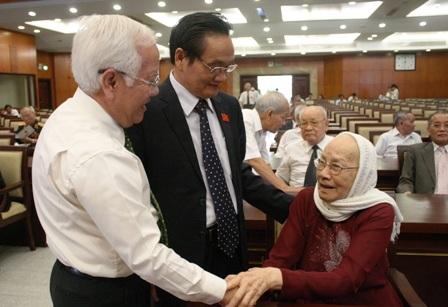 ĐBQH khóa đầu tiên Ngô Thị Huệ, phu nhân cố Tổng Bí thư Nguyễn Văn Linh cùng ông Lê Hoàng Quân và ông Trần Du Lịch