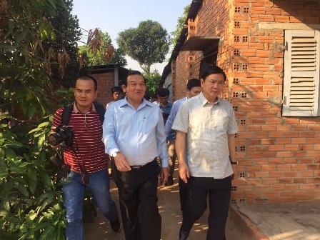 Bí thư Thành ủy TPHCM Đinh La Thăng (phải) đến tận nhà thăm hỏi các gia đình chính sách