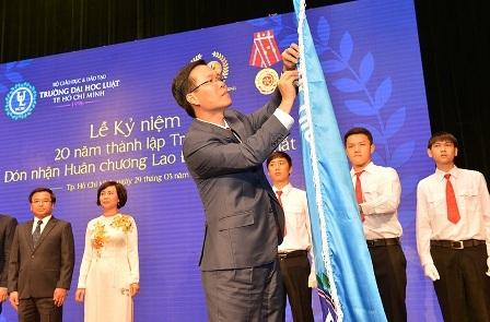 Ủy viên Bộ Chính trị, Trưởng ban Tuyên giáo Trung ương Võ Văn Thưởng đã trao huân chương Lao động hạng Nhất cho Trường ĐH Luật TPHCM.