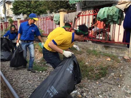 """Nhân viên công ty vàng đi dọn rác, """"thay áo mới"""" cho đường sắt - 4"""