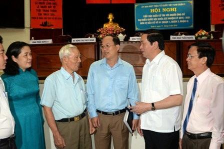 Chủ tịch nước Trần Đại Quang thăm hỏi cử tri sau hội nghị