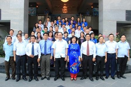 Chủ tịch nước chụp ảnh lưu niệm với Ban giám hiệu, giảng viên, sinh viên Trường