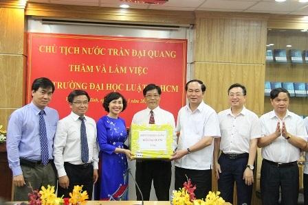 Chủ tịch nước Trần Đại Quang trao quà lưu niệm cho Nhà trường