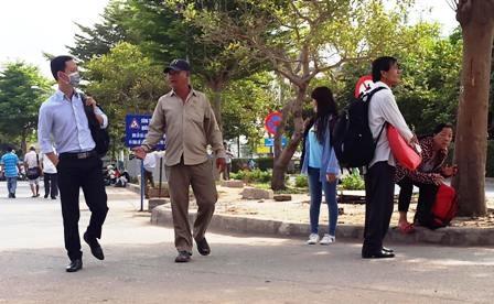 Xe ôm vào tận bên trong khuông viên sân bay Tân Sơn Nhất để chèo kéo khách