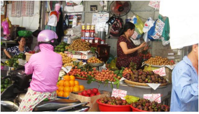 Bà Châu, tiểu thương bên trong chợ Bà Chiểu (quận Bình Thạnh, TP HCM) cho biết đây là vải thiều, hạt nhỏ, bán với giá 70.000 đồng/kg (Ảnh: Trang Thơ)