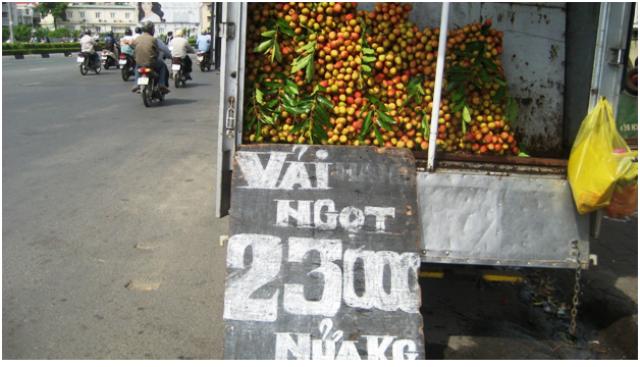 Tại đường Điện Biên Phủ (quận Bình Thạnh, TPHCM), vải được bán với giá 46.000 đồng/kg (Ảnh: Trang Thơ)