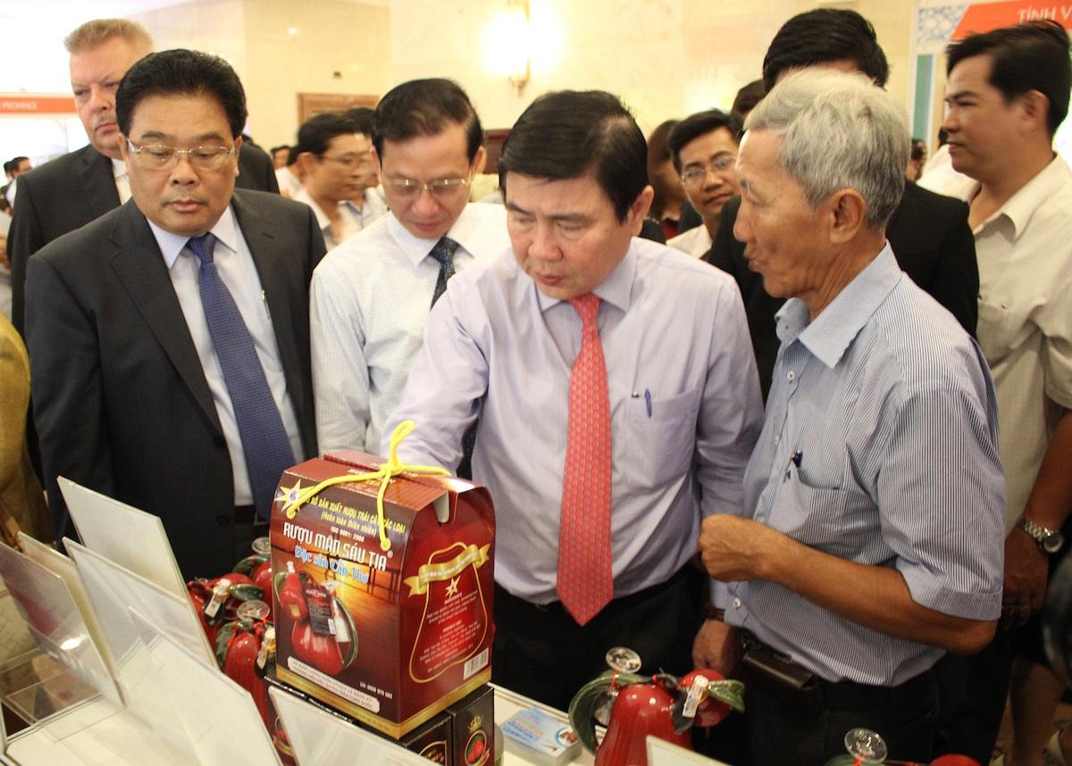 Chủ tịch UBND TPHCM Nguyễn Thành Phong tham quan các gian hàng