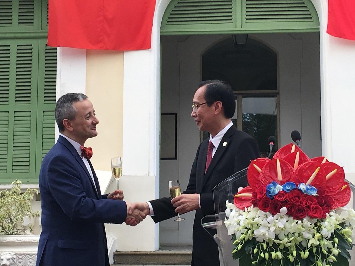 Ông Emmanuel Ly Batallan bắt tay cảm ơn ông Lê Thanh Liêm, Phó Chủ tịch UBND TPHCM vì đã hỗ trợ cho cộng đồng doanh nghiệp Pháp tại TPHCM hoạt động hiệu quả