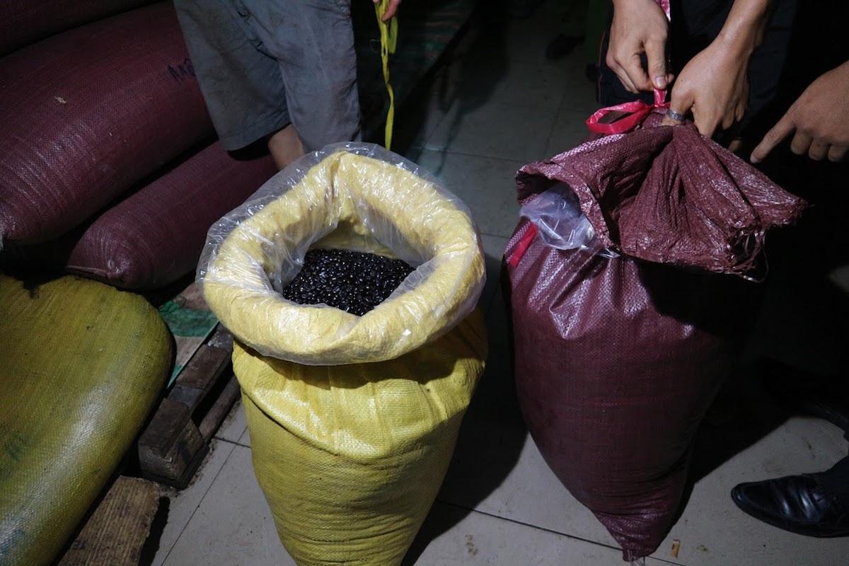 Cà phê nguyên liệu tại một cơ sở sản xuất cà phê bột