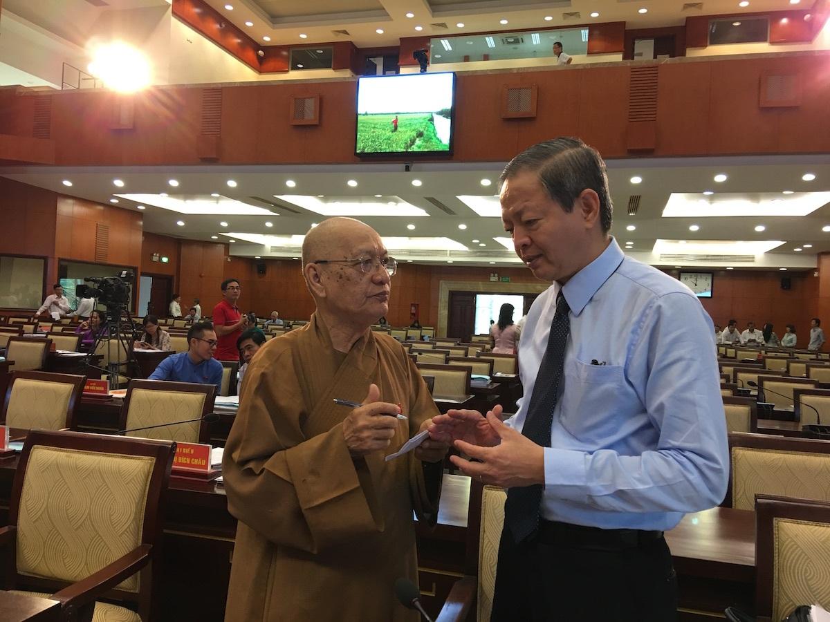 Ông Lê Văn Khoa, Phó Chủ tịch UBND TPHCM trao đổi với các đại biểu sau phần đăng đàn trả lời chất vấn