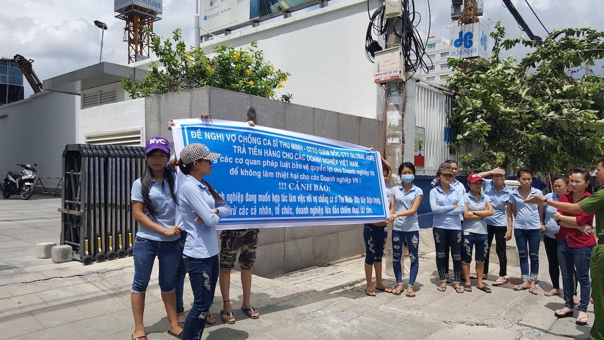 Trong khi khách hàng bao vây đòi nợ thì chồng của ca sĩ Thu Minh đã cao chạy xa bay