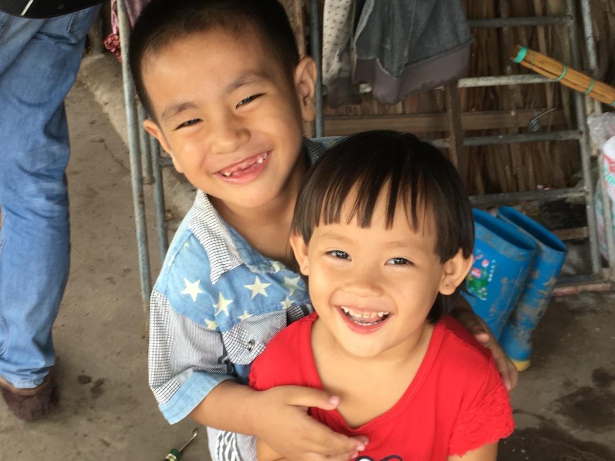 Những đứa trẻ theo ba mẹ vào TPHCM trồng rau sạch