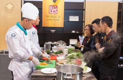 Ban giám khảo khá hứng thú với thực đơn của đội Sea Links City đến từ Bình Thuận với món gỏi tàn ong rau rừng, cá lồi xối mỡ, dông vượt đồi cát, chè thanh long ngũ sắc