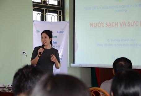 TS Dương Khánh Vân chia sẻ về mối quan hệ giữa nước với sức khỏe với bà con xã Hoàng Đông