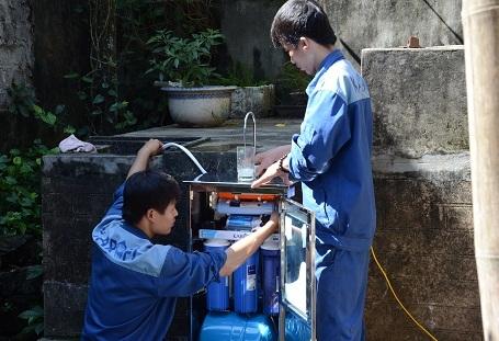 Kỹ thuật viên của Karofi lắp đặt máy lọc nước cho người dân