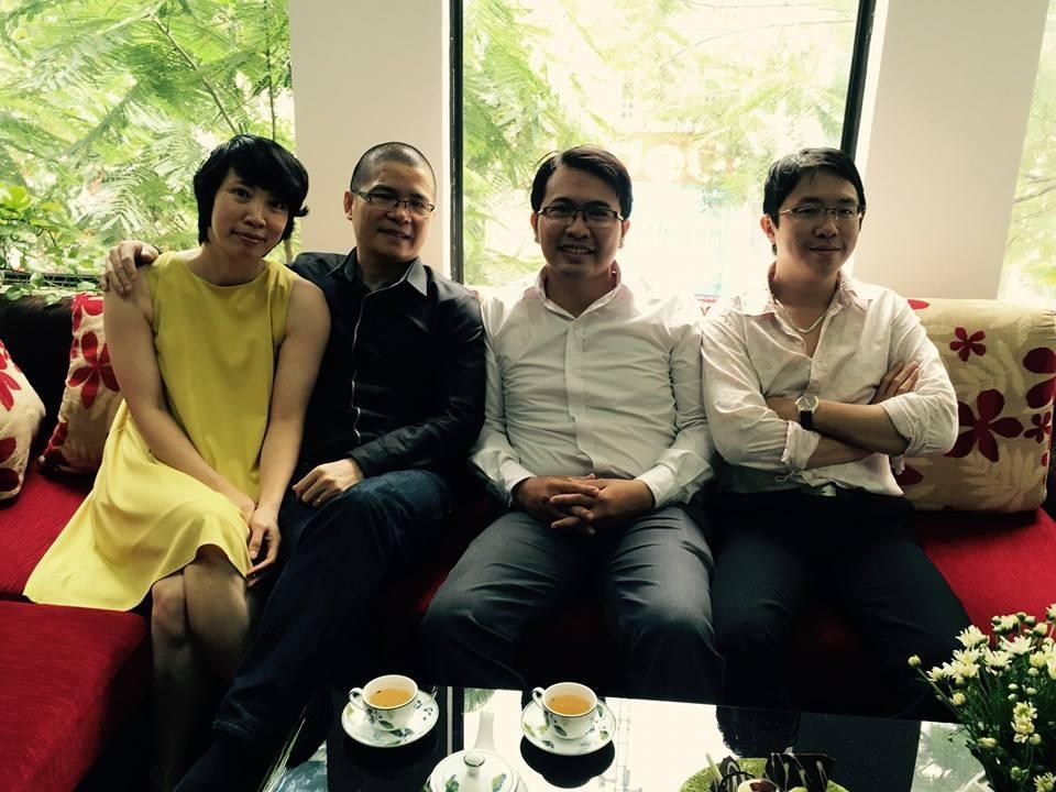Anh Trịnh Nam Thái (áo trắng) ngồi giữa