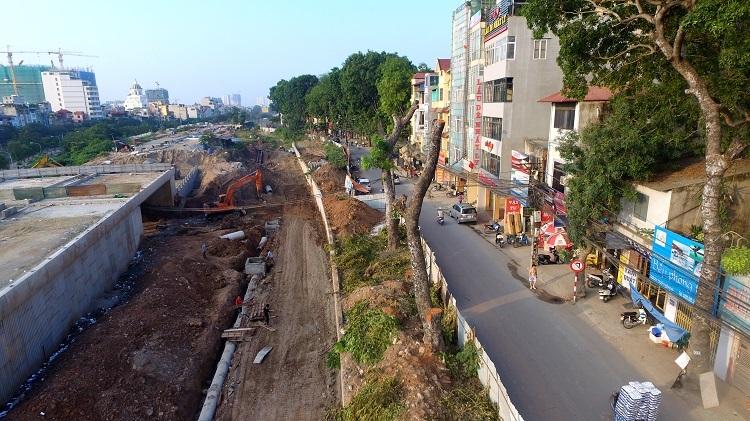 Để hoàn thành dự án, Sở Xây dựng Hà Nội đã cấp phép cho các đơn vị liên quan chặt hạ 17 cây xà cừ để đảm bảo cảnh quan của tuyến đường…