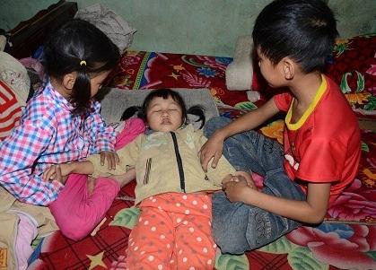 Do không được chữa trị nên bé thường xuyên bị ngất xỉu.