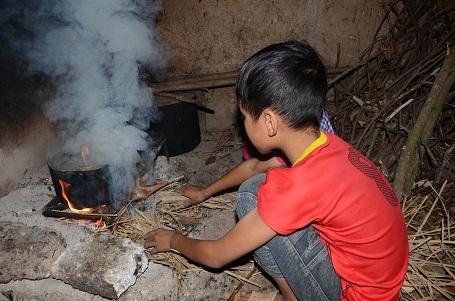 Mẹ thì làm thuê tận Bắc Ninh, bố đã trở thành người tàn phế, nên mọi việc trong nhà dồn hết lên 2 anh em Toàn và Nguyệt