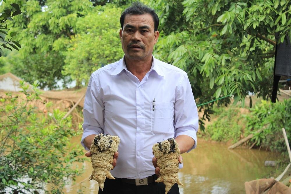 Ông Nguyễn Văn Công và đôi chân gà Đông Tảo được cho là khủng nhất từ trước đến nay trong trại gà mình