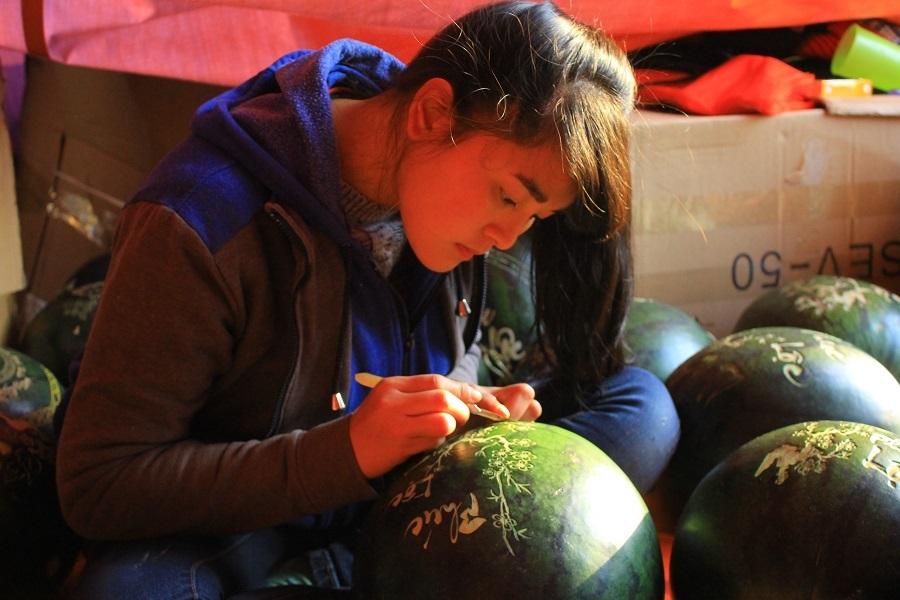 Trong khi đó, tại đường Nhật Tân mới, một cửa hàng cũng căng lều, dựng bạt, bày bán dưa hấu khắc...