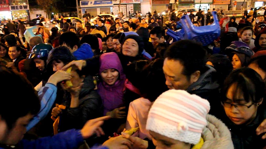 """Hà Nội: """"Biển người"""" chen lấn, xô đẩy xin lộc chùa Phúc Khánh - 1"""