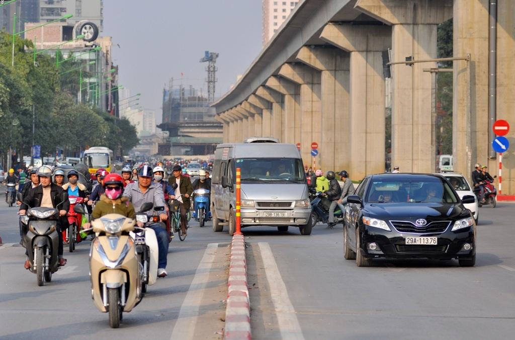 Đặc biệt, các ô tô rẽ từ đường Trần Phú vào cầu, nếu không quan sát rất dễ bị đâm vào gờ phân cách.