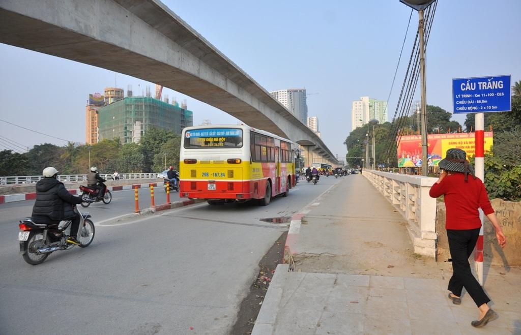 Việc đặt gờ phân cách nổi trên lòng đường hẹp gây khó khăn trong việc di chuyển cho các phương tiện.