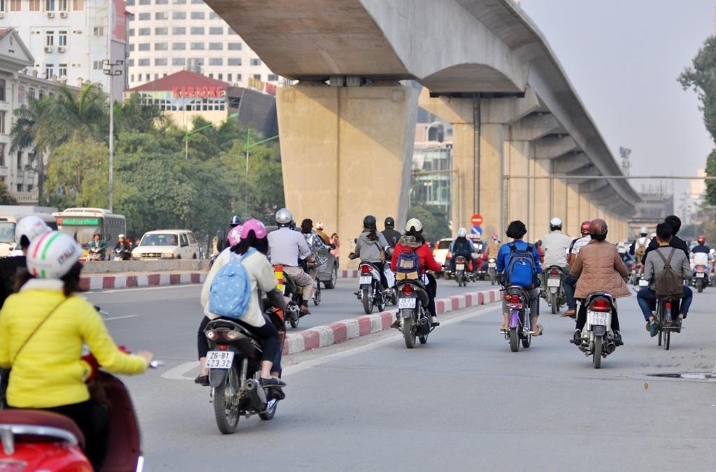 Thời gian qua liên tiếp xảy ra các vụ phương tiện giao thông đâm phải gờ phân cách trên cầu Trắng (Hà Đông, Hà Nội).
