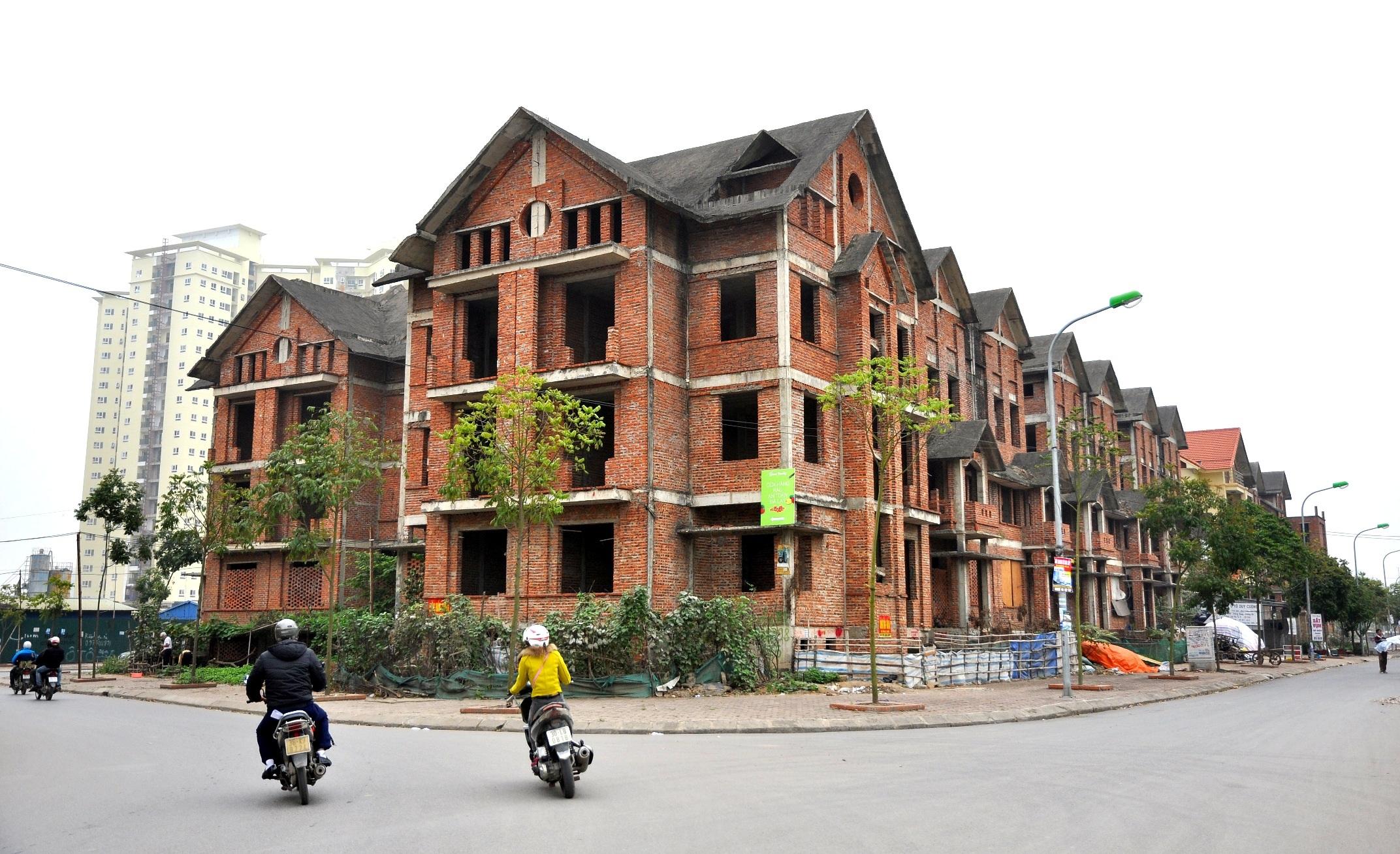 Không chỉ Trung Văn, hiện ở Hà Nội vẫn có khá nhiều khu biệt thự bỏ hoang, được người dân tận dụng trồng rau và chăn nuôi.