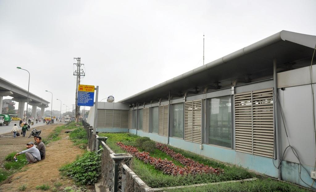 Nhà chờ xe buýt được đầu tư tiền tỷ tại bến xe Yên Nghĩa bị bỏ không trong khi các hành khách vẫn phải đội nắng, đội mưa bên ngoài.
