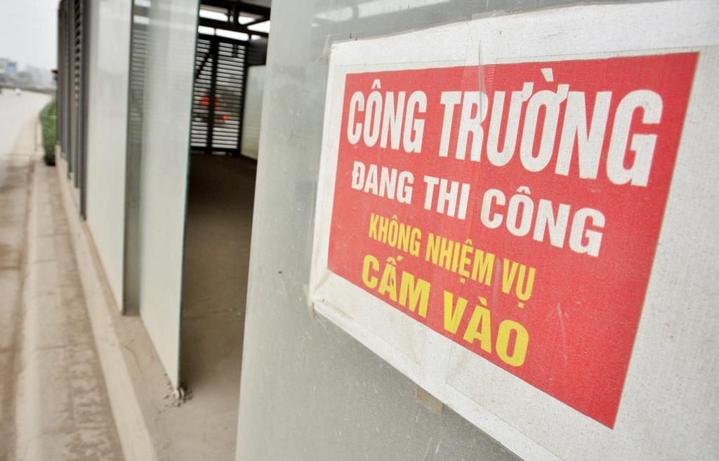 Cửa ra vào một số nhà chờ còn được mở tự do, phía bên ngoài chủ đầu tư chỉ trang bị một tấm biển cảnh báo sơ sài.