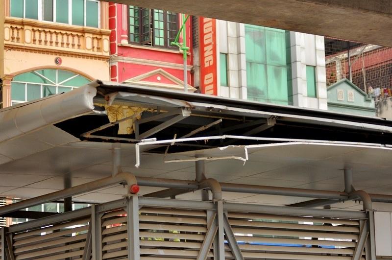 Nhà chờ xe buýt nhanh tại đường Quang Trung (Hà Đông) có kết cấu thép, ốp vách kính cường lực. Tuy nhiên, hiện tại phần mái đã nứt toác, lộ cả khung thép bên trong. Theo phản ánh của người dân, nguyên nhân được cho là do phần mái nhô ra khoảng hơn nửa mét so với mép đường khiến nhiều xe tải đi qua va quệt phải và gây ra hư hỏng.